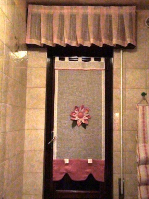 Tendina Country per bagno con decorazione floreale.