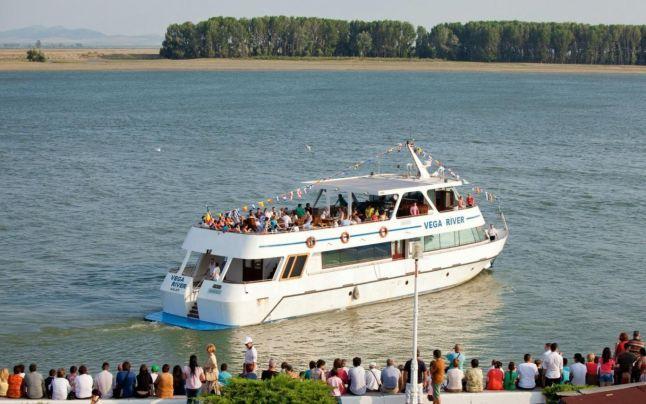 """Patru nave de pasageri (dintre care una cu zbaturi, veche de 163 de ani), cu o capacitate totală de peste 400 de locuri stau la dispoziţia turiştilor în porturile Galaţi şi Brăila. Se pot face curse scurte de doar câteva ore, dar şi croaziere """"all inclusive"""" de până la şapte zile, cu vizitarea celor mai importante obiective de pe Dunărea românească."""