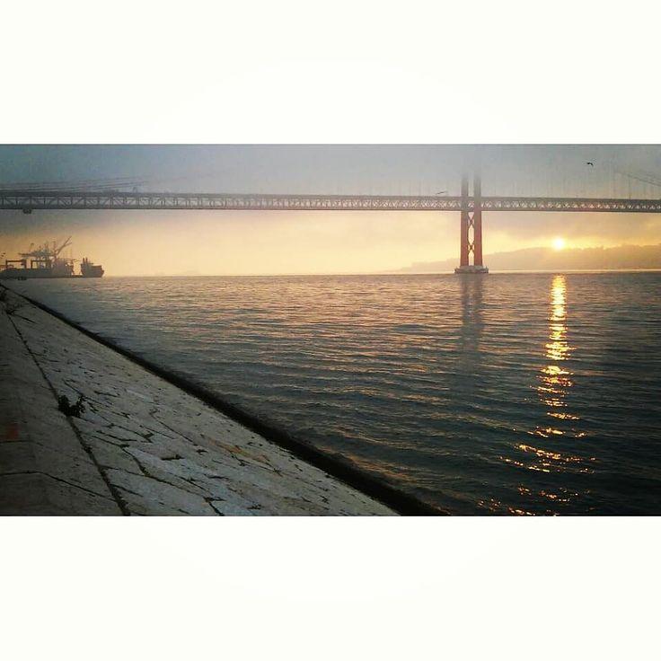 Not running or biking. Just getting very late for 7h45 swimming class#sunriseandsunsetsaroundtheworld #sunrise #sun #morningpeolple #rivershore #tejo #lisboa #waterripples #clouds