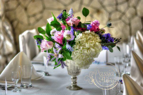 kompozycja kwiatowa na stół gości