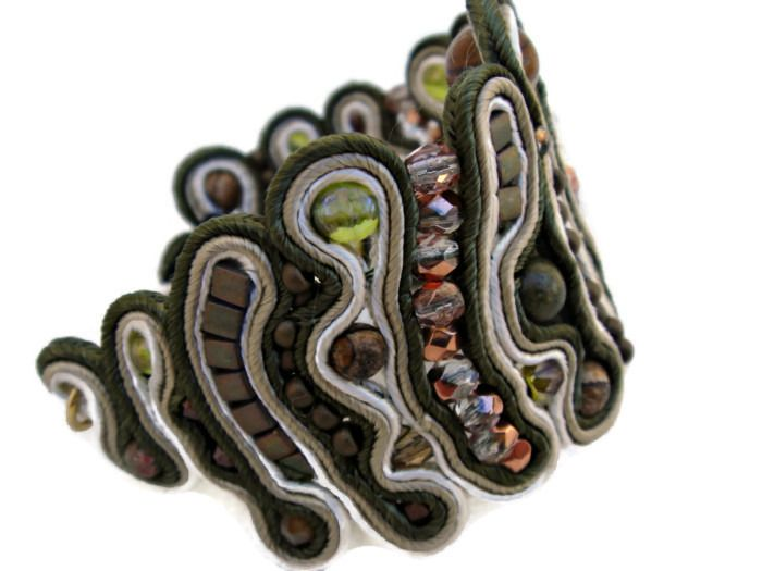 Bracelet brodé avec rubans et perles en beige et kaki. : Bracelet par barcelonaibizacolors