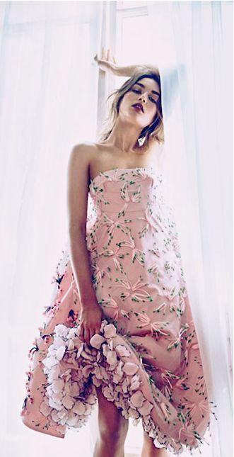 ピンク+グリーンでまるでお花畑!クリスチャン・ディオールのチューブトップドレス♡ ハイブランドのカラードレス・花嫁衣装まとめ。