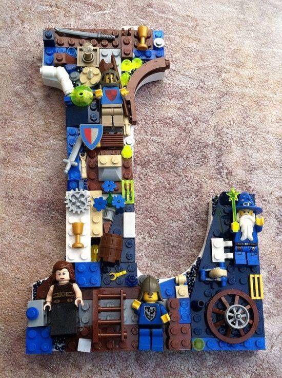 Beplak een grote letter met restjes Lego ter decoratie voor in een kinderkamer.
