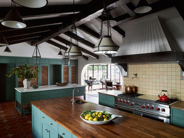 Перед Пэм стояла задача очистить дом от поздних напластований и вернуть интерьер, оформленный в 1930-х годах декоратором Уильямом Хейнсом. Чтобы получить кухню нужного размера, она объединила три комнаты. Плитка, балки и светильники отвечают за испанские мотивы, солидная деревянная мебель напоминает об американском кантри.