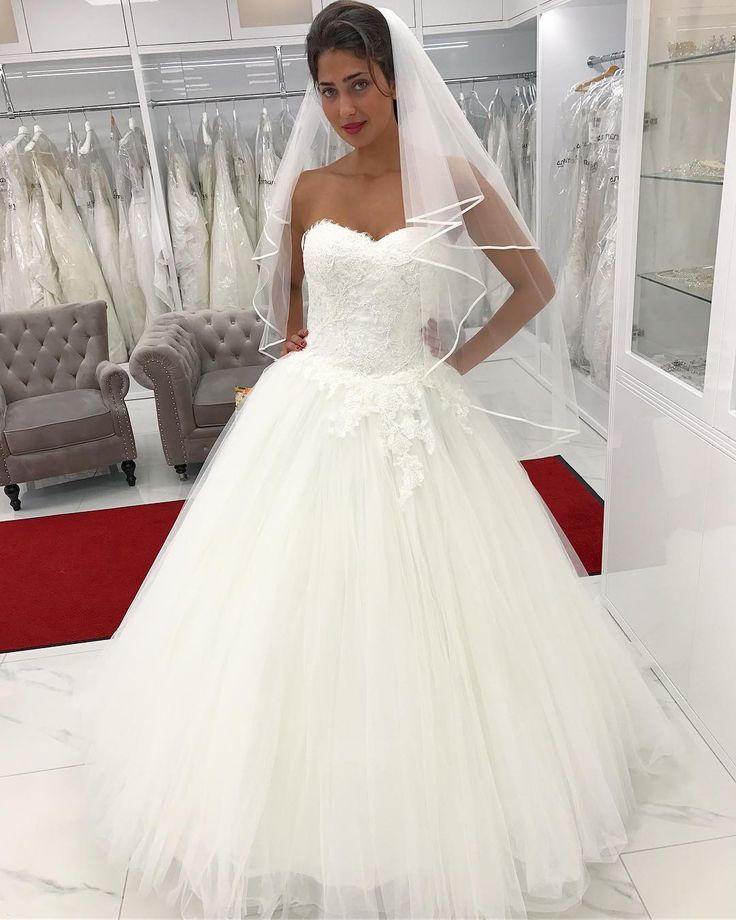 Här har vi en vacker brudklänning som består av en tight överdel med en riktigt stor kjol.��������. -#remannshögtidskläder #remanns #dresses #promdresses #festklänning #festklänningargöteborg #balklänning #brudklänning #bal #bal2016 #högtid #fashion #wedding #bröllop #göteborg #järntorget#kostym#brud#dresses#klänningar#kjolar#skirts#festkläder#partyclothes#dress#partyoutfit#casual#fashion#linné#bridal#bridaldress http://gelinshop.com/ipost/1524849581967266765/?code=BUpWp2lD9PN
