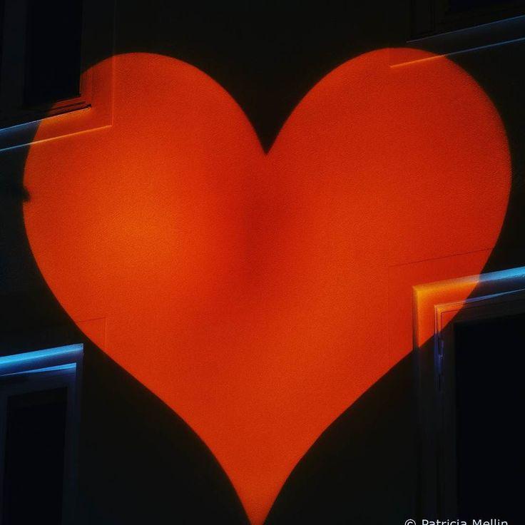 Denna dag är en speciell dag för många av oss. Själv vill jag starta min dag i ljusets och kärlekens tecken.  Detta ljus från ljusevenemanget i Alingsås passar utmärkt en sådan dag.  #lightinalingsas #theevolutionoflight #light #event #ljus #photooftheday #love #wellbeing #ljusialingsås #alingsås #beautiful #sparbankenlights #halloween # allhelgonahelgen #allhelgondagen #höstlov #2015 #lightinalingsas2015 #västkusten #västsverige #västragötaland