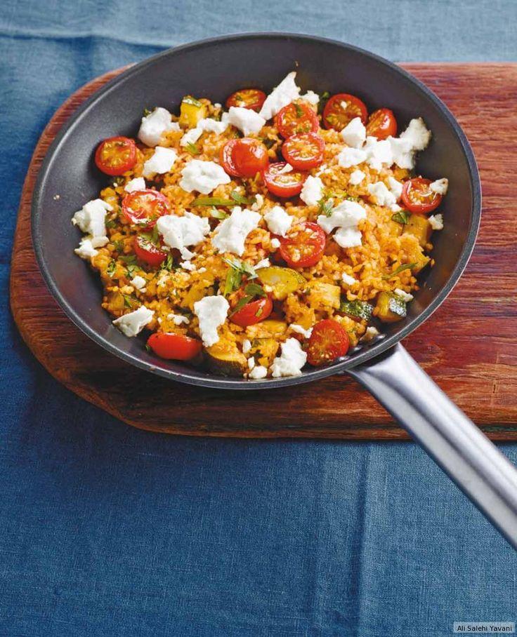 Kurz mit Feta überbacken werden Weizen, Zucchini und Tomaten zum heißen Eisen. Dazu passt Chinakohl-Möhren-Salat.