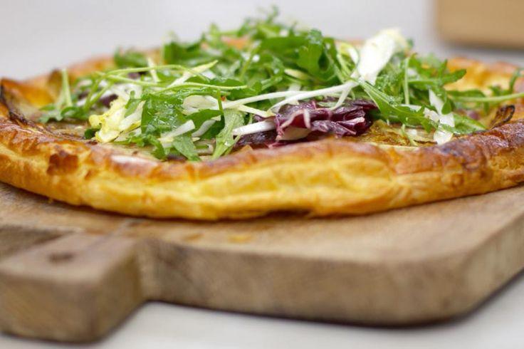 Een pizza nodigt uit tot creativiteit. Om een knisperend krokante bodem te krijgen, werkt Jeroen met bladerdeeg en voor het beleg kiest hij voor verse geitenkaas en onze wereldberoemde trots: witloof.Serveer zo