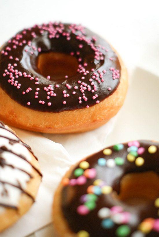 Donuts américains glaçage chocolat noir et blanc (© Lilie Bakery)