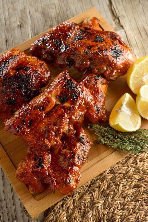 Hoy vamos a preparar un clásicos entre los clásico de la cocina americana, unas deliciosas costillas de cerdo bañadas en una salsa BBQ agridulce, que os van ha hacer sentir como en USA! Costillas B…