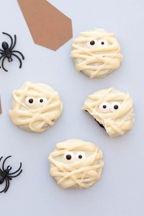 ¿Que os parecen estas galletas momia tan monas? Unas galletas oreo bañadas en chocolate blanco y con un par de ojitos se pueden convertir en la merienda...