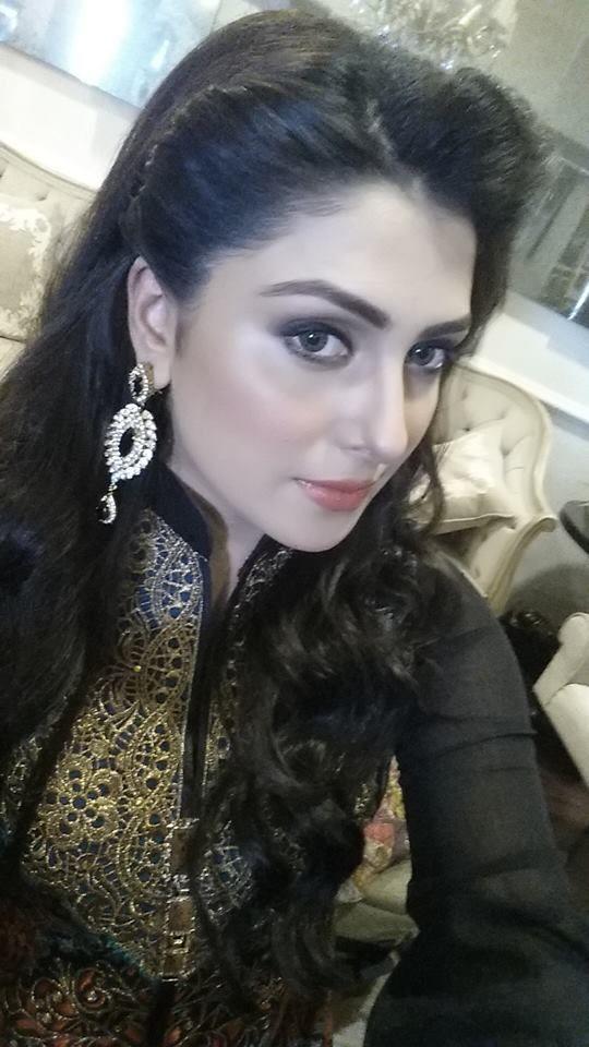ayeza khan behind a shoot back to work