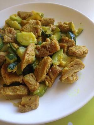 Spezzatino di soia con zucchine e curcuma