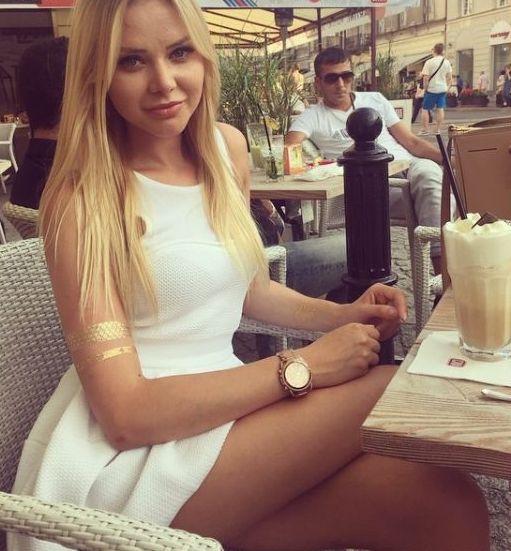 ♥♥♥♥  Love this pic...Nice sleek legs and Silky long blonde hair.....