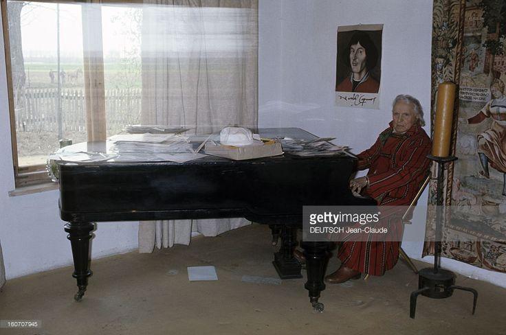 Rendezvous With Antoine, The Parisian Idol Hairdresser Of The Thirties. Sieradz - mai 1976 - Dans son village natal, chez lui, vêtu d'un manteau rouge, le coiffeur ANTOINE assis à côté d'un grand chandelier, jouant du piano à queue.