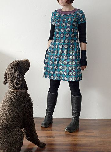 ein kleid aus gebuerstetem baum woll twill.  und ein eifriger  pudel .     dress once again :   pattern, fabric and small rig rag ri...