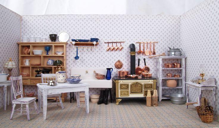 Handgemachte Puppenküche mit vielen kleinen Details und handbemalten Möbeln