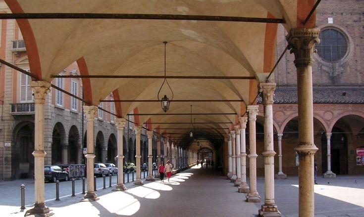I portici di Bologna, presso la chiesa di Santa Maria dei Servi, in Strada Maggiore