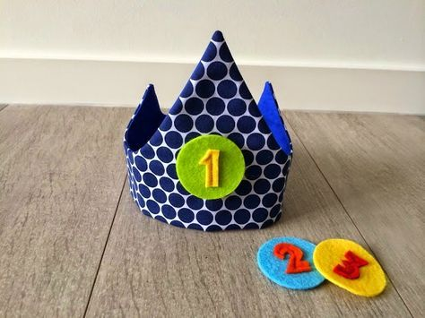 Ik maakte een handleiding met foto's, handig voor beginnende naaisters. De kroon is niet moeilijk om te maken, maar vraagt wel wat pr...