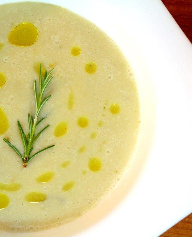 Romige gepofte knoflooksoep met rozemarijn en extra vergine olijfolie