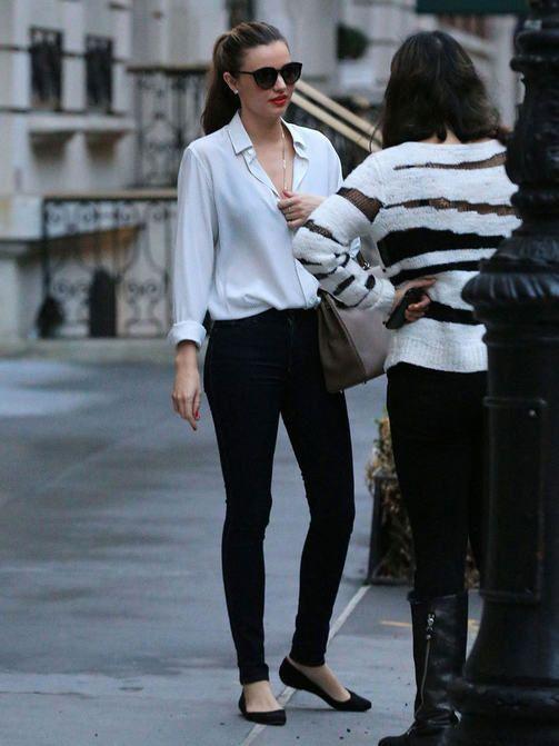 Väljä silkkipaita, mustat pillifarkut ja ballerinat, täydellisen yksinkertainen preppy-tytön tyyli.