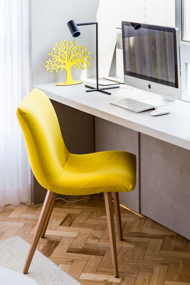 Poltrona amarela para trazer ponto de cor na sala de TV e um escritório com vista para aproveitar o cantinho da sala de TV