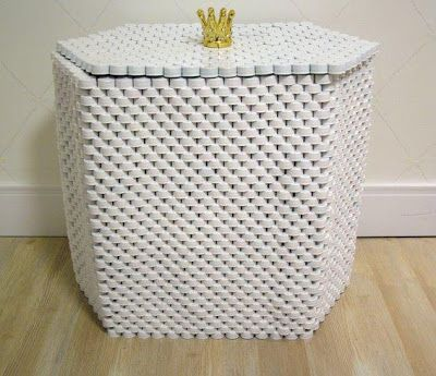 Adivinha com qual material este baú foi feito?? Isso mesmo!! Tampinhas de refrigerante pintadas de branco!! Foram empilhadas e coladas uma...