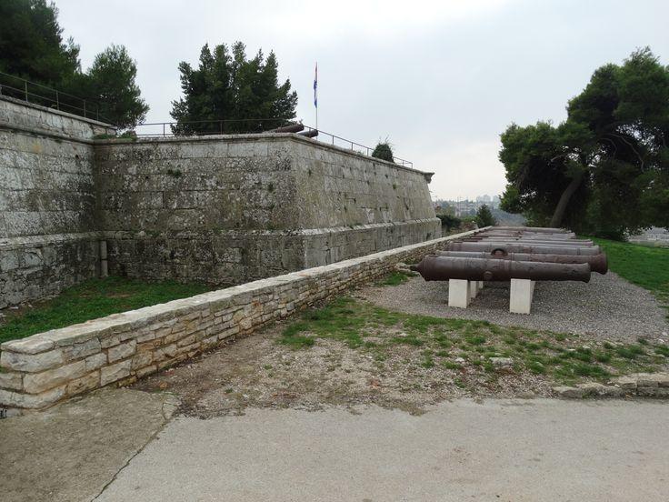 Beim Kastell handelt es sich um die Stadt-Festung von Pula auf den höchsten Hügel.   Es diente der Verteidigung des Hafens.