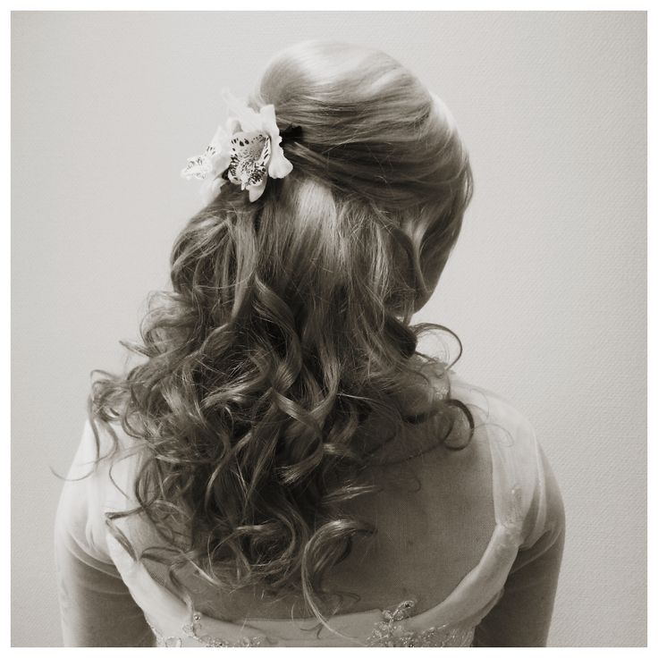 Curly bridal hair with clip-extensions and flowers by Emmi/Parturi-kampaamo Salon Maria Seinäjoki