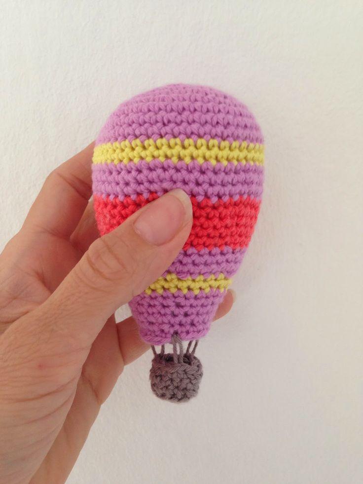 Efter flere opfordringer på Instagram, har jeg nu fået skrevet opskriften ned på den lille hæklede luftballon. Du skal bruge: Hæklenål str. 3 Bomuldsgarn i forskellige farver Fiberfyld fx bamsevat Nål