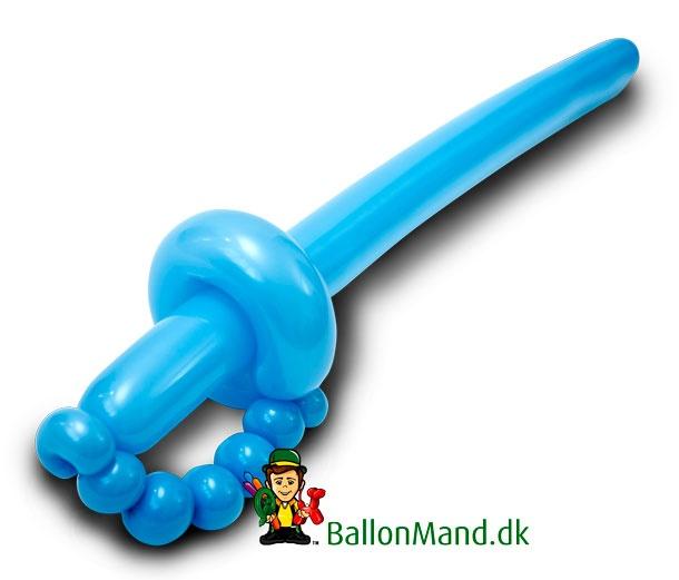 Sværdet er den figur man laver ABSOLUT flest af som ballonmand. Det er ikke kun drengene der vil have dem, tit skal pigerne også have et sværd efter de har fået en blomst.  Et sværd kan fint være lysserødt.    Se mere om vores ballondyr og ballonmænd til fødselsdage på www.BallonMand.dk