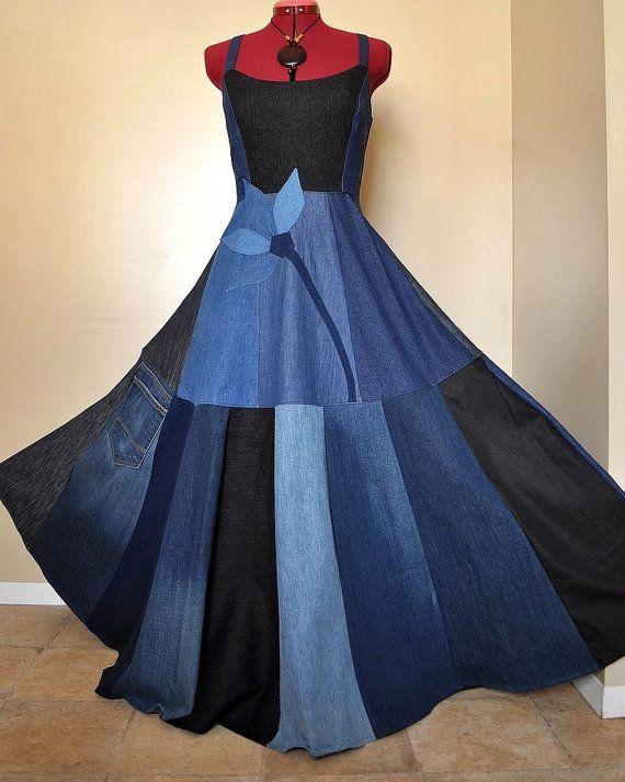« Nouvelle fleur bleu » – unique en son genre, corset en Jean patchwork robe.  • Longue, robe bohème ooak construit à partir de jeans recyclés dans les tons de bleu, gris, noir. • Doublée, équipé top lacets de corset en six boucles à larrière ; taille est élastique et sétend à larrière. Bas du corset se trouve sur le tour de taille naturel/nombril. • Devant de la robe est agrémentée dune fleur grand bleu denim. La partie jupe patchwork de cette robe est pleine et flowy - les denims plus…