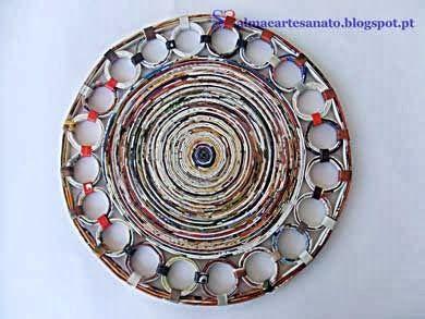 Sousplat ou prato decorativo de parede feito com folhas de revistas recicladas.