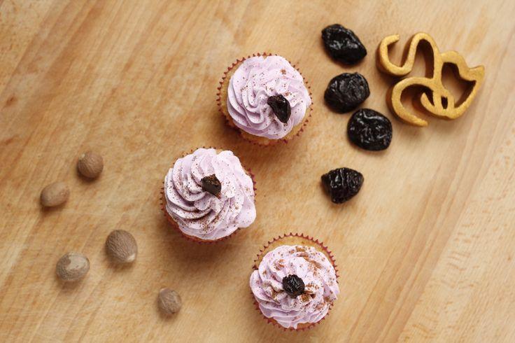 La nuez moscada aporta un sabor  y un aroma únicos a nuestros cupcakes de ponche de Ciruela.  Feliz almuerzo!  #sweetcarolard #ponches #cupcakedelasemana      Follow us on Instagram @sweetcarolard     The nutmeg gives our plum cupcakes a nice spiced flavor. The aroma is amazing!  #cupcakeoftheweek #eggnog #plum #nutmeg