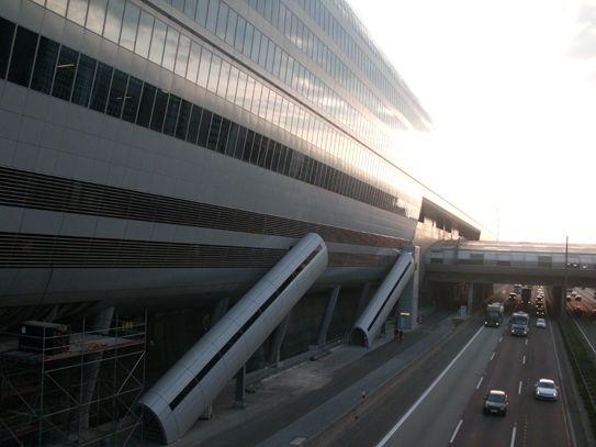 Bauleitung für die Ebene 8,9 u.11 für das Hilton Frf. Airport u. Hilton Garden Inn. The SQUAIRE ist das bis dato längste Gebäude weltweit u. überspannt auf dem Dach des ICE Fernbahnhofs auf wenigen Stützen freistehend die Bahngleise am Flughafen. Neben 2 Hilton-Hotels beherbergt das Gebäude eine Einkaufspassage, Büroflächen, eine Kindertagesstätte, Meetingräume, ein Conference Center.  Auftraggeber: ESP Hannover Bauherr: IVG/ The Squaire Gmbh & Co.KG Leistung: Bauleitung , LPH 8