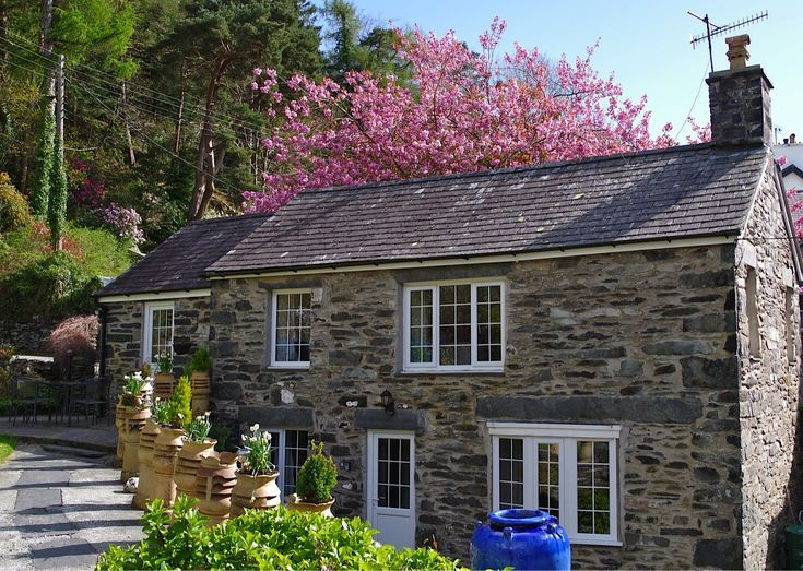 Tyn-y-Fron is a luxury self catering 2 bedroom holiday cottage in Betws-y-Coed. Providing a perfect self catering base for seeing Snowdonia and North wales