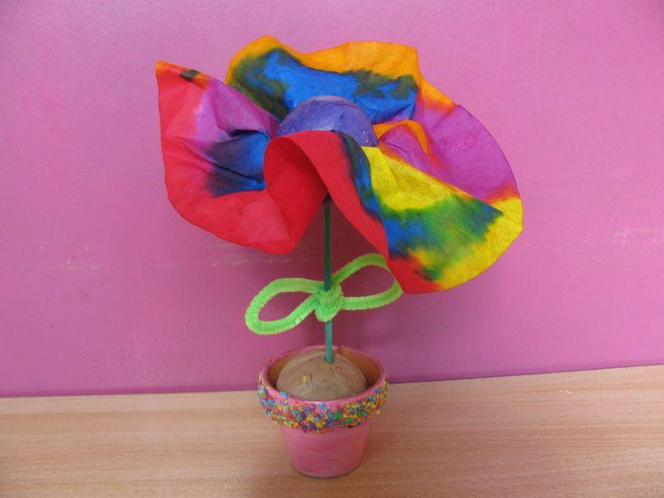 Een bloem voor mama! Gebruikte technieken: Ecolinetechniek op koffiefilter, vaasje met glitterverf en gekleurde rijstkorrels