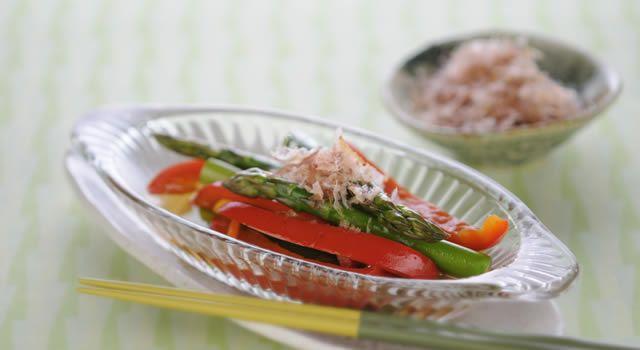 アスパラガスとパプリカの和風マリネのレシピ。材料はグリーンアスパラガス、パプリカ(赤)など。作り方だけでなく、全レシピにカロリーや栄養価情報つきでダイエットや健康管理に便利!アスパラガスとパプリカの和風マリネの簡単おいしいプロの技やコツも!