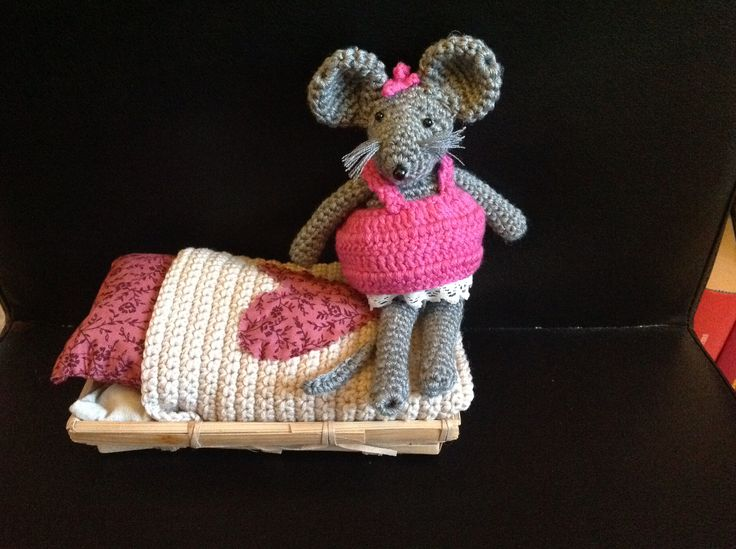 LITTLE MOUSE CROCHET WITH BED BY CATERINA VECCHI