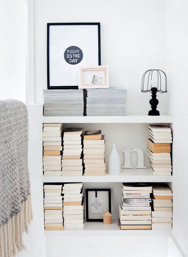 Boekenkast in het trapgat - met lack planken ikea en dichtmaken met witte kit (dan lijkt het net alsof het in huis hoort)