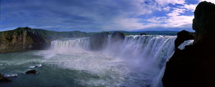 Der Godafoss, einer der bekanntesten und größten Wasserfälle Islands.