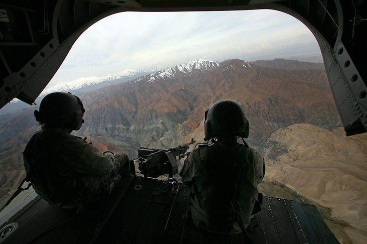 2009. Survol de la vallée du Kunar à bord d'un hélicoptère Chinook de la 101 éme division aéroportée.