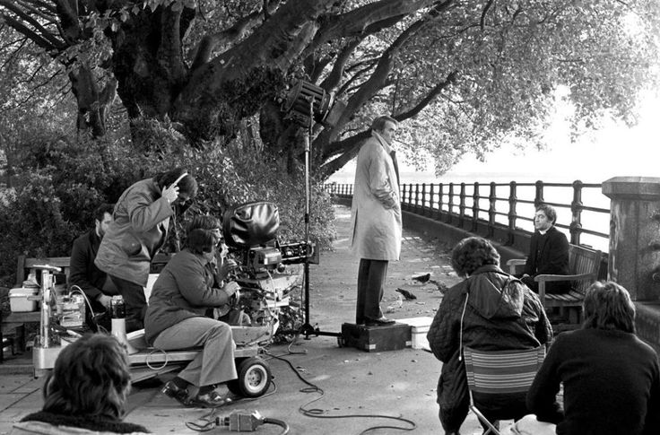 On the set of The Omen, with Gregory Peck and director Richard Donner [1976] : Moviesinthemaking