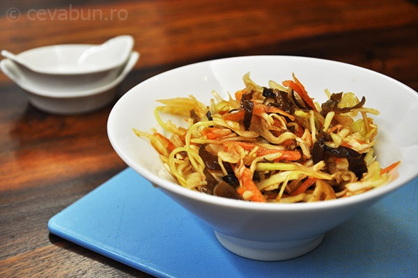 Salata de varza cu ciuperci urechi de lemn si sos de inspiratie orientala