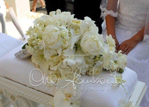 Una cascata di fiori per il bouquet consegnato alla sposa ...