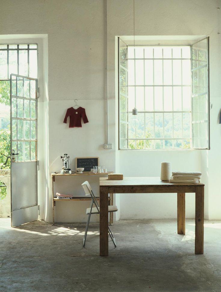 Home of designer Katrin Arens Photos : Giulio Oriani@Vega MG L'atelier lumineux aux murs blanchis à la chaux.