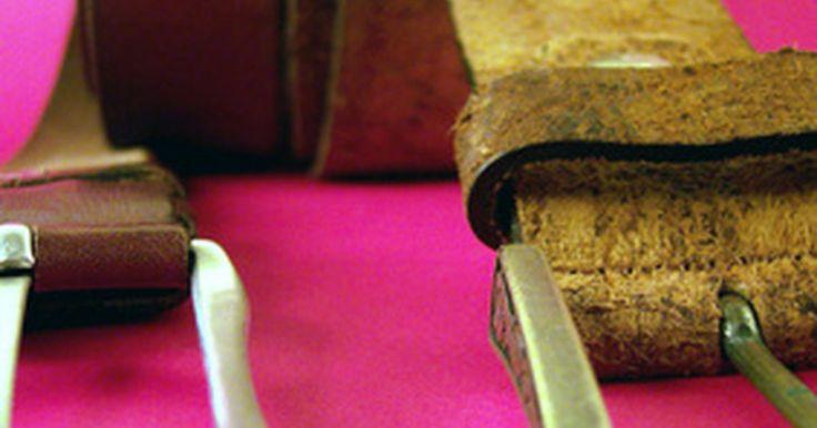 Cómo pegar cuero y metal. Unir una superficie de cuero a una superficie metálica puede ser difícil debido a las diferencias físicas entre los materiales. Por suerte hay algunos tipos de adhesivos que se pueden utilizar para hacer el trabajo. Los adhesivos especiales de tipo superglue proporcionan suficiente poder adhesivo para mantener las superficies unidas de forma ...