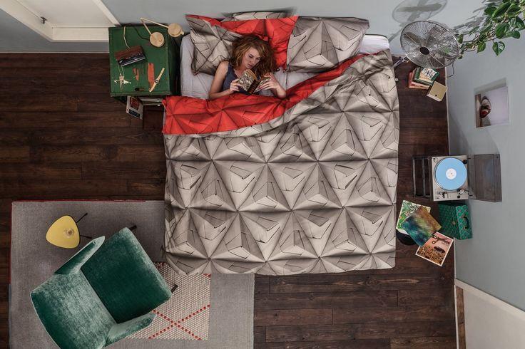 #Snurk #beddengoed heeft in het verleden ook al een gewerkt met origami. Toen werden er veel kleuren door elkaar gemixt. Bij het Monogami #dekbedovertrek houden ze het even op één kleur per zijde. De ene kant is rustig #taupe gekleurd, de andere kant is vrolijk #rood. Zo kan je zelf kiezen welke kleur bij je gemoedstoestand past. #Flindersdesign #slaapkamer #wonen #modern #design