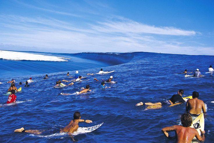 """Le ''Reef Draining'', ou quand le lagon de Teahupoo se vide à l'approche des gros sets. Cette photo, prise lors des trials du Gotcha Pro Tahiti, est l'une des plus célèbres du photographe. © Peter """"Joli"""" Wilson. Sources : surfsession.com"""