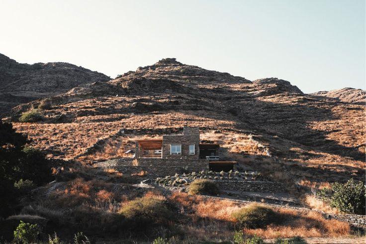Ποίσσες (πιθανώς). ''Rocksplit''. Το απόλυτα καλοκαιρινό σπίτι που μοιάζει σαν να είναι κομμάτι του άγριου τοπίου.